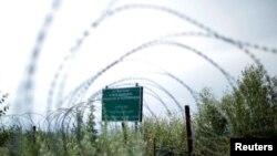 Колючая проволока на административной границе