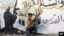 یک جنگجوی سپاه آزاد سوریه پس از تصرف موضع داعشیان در شهر جرابلس