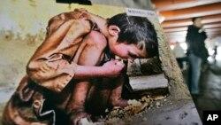 지난 2008년 세계 인권 선언 60주년을 맞아 서울에서 북한 인권 실태를 알리는 전시회가 열린 가운데 기근으로 고통받는 북한 아이의 사진이 보인다.