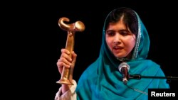 FILE : Malala Yousafzai saat menerima penghargaan Anna Politkovskaya Award, di Southbank Center London, Okt 4 2013. (reuters)
