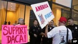 သမၼတ Donald Trump ရဲ႕ လူ၀င္မႈႀကီးၾကပ္ေရးစနစ္ ျပဳျပင္ေျပာင္းလဲမယ့္ အစီအစဥ္ကို ဆႏၵျပေနၾကသူမ်ား။ ဇန္န၀ါရီလ ၃ ရက္ Los Angeles, California, Jan.
