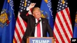 Ứng cử viên tổng thống đảng Cộng hòa Donald Trump phát biểu trong cuộc vận động tranh cử tại trường trung học Memorial ở Eau Claire, Wisconsin. (AP Photo / Jim Mone)