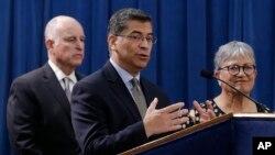 Jaksa Agung California Xavier Becerra, didampingi oleh Gubernur Jerry Brown dan Ketua Dewan Sumber Daya Udara Mary Nichols, membahas gugatan oleh 17 negara bagian dan Washington DC terhadap rencana pemerintah AS untuk menghapus standar emisi kendaraan dalam konferensi pers, 1 Mei 2018, di Sacramento, California.