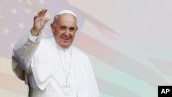 Đức Giáo Hoàng Phanxicô vẫy chào mọi người ở Philadelphia, bang Pennsylvania, trong chuyến thăm Hoa Kỳ.