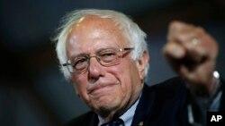 Bernie Sanders y su esposa Jane saludaron a partidarios tras un discurso en el aeropuerto de Santa Monica, California, el martes, 7 de junio de 2016.