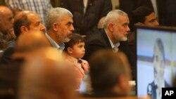 غزہ میں حماس کے سینیئر راہنما اپنے جلاوطن قائد خالد مشعال کی دوحا میں ہونے والی پریس کانفرنس دیکھ رہے ہیں۔