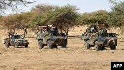 Des soldats français de l'opération Barkhane patrouillent à Timbamogoye, Mali, le 10 mars 2016.