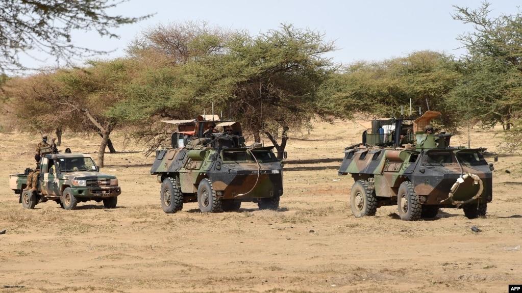 Des soldats français de l'opération Barkhane patrouillent à Timbamogoye, Mali, 10 mars 2016.