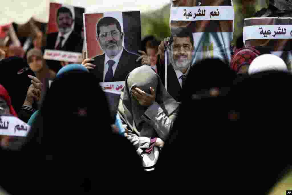 Devrilmiş prezident Məhəmməd Mursi tərəfdarları etiraz aksiyaları keçirir - 5 iyul, 2013 A supporter of ousted Egyptian President Mohammed Morsi cries during a protest near the University of Cairo, Giza, July 5, 2013.