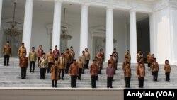 Presiden Joko Widodo dan Wapres Jusuf Kalla berfoto bersama 34 Menteri Kabinet Kerja di tangga Istana Merdeka Jakarta, 27 Oktober 2015 (Foto: VOA/Andylala)
