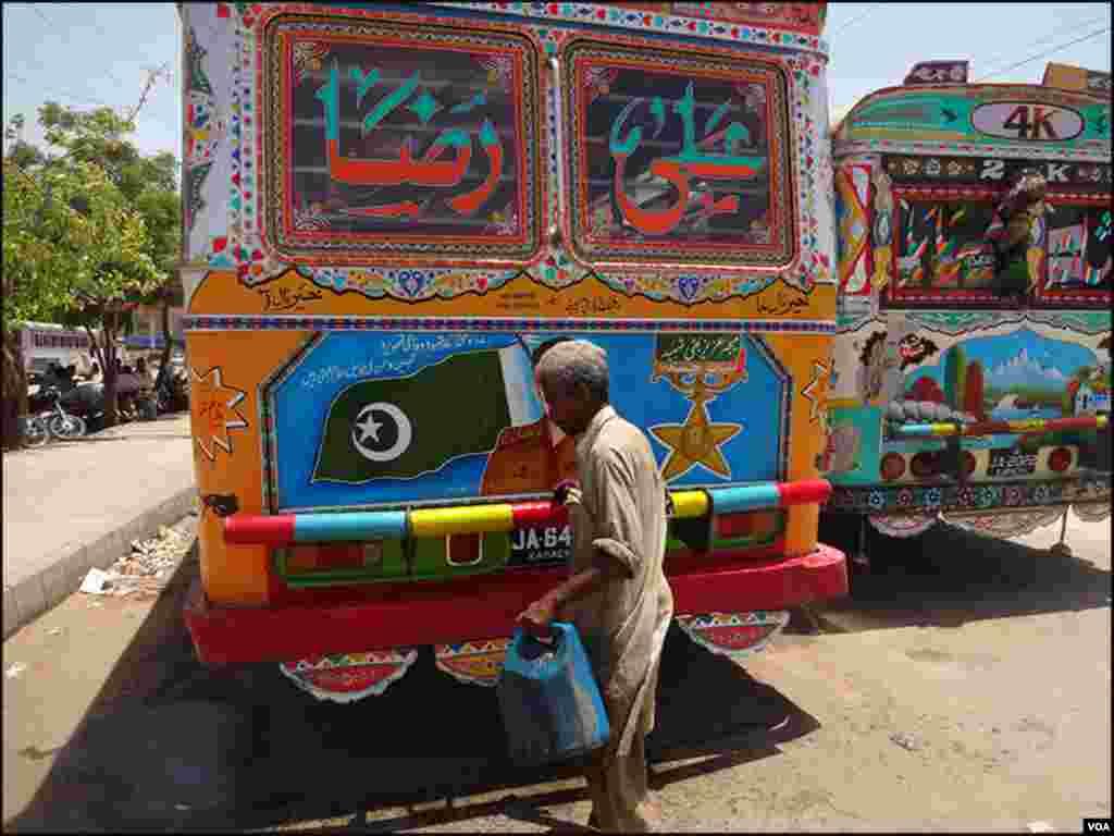 ندیم پچھلے پندرہ برس سے بس اڈوں پر گاڑیاں صاف کررہاہے اور روز کے دو چار سو روپے کما لیتا ہے