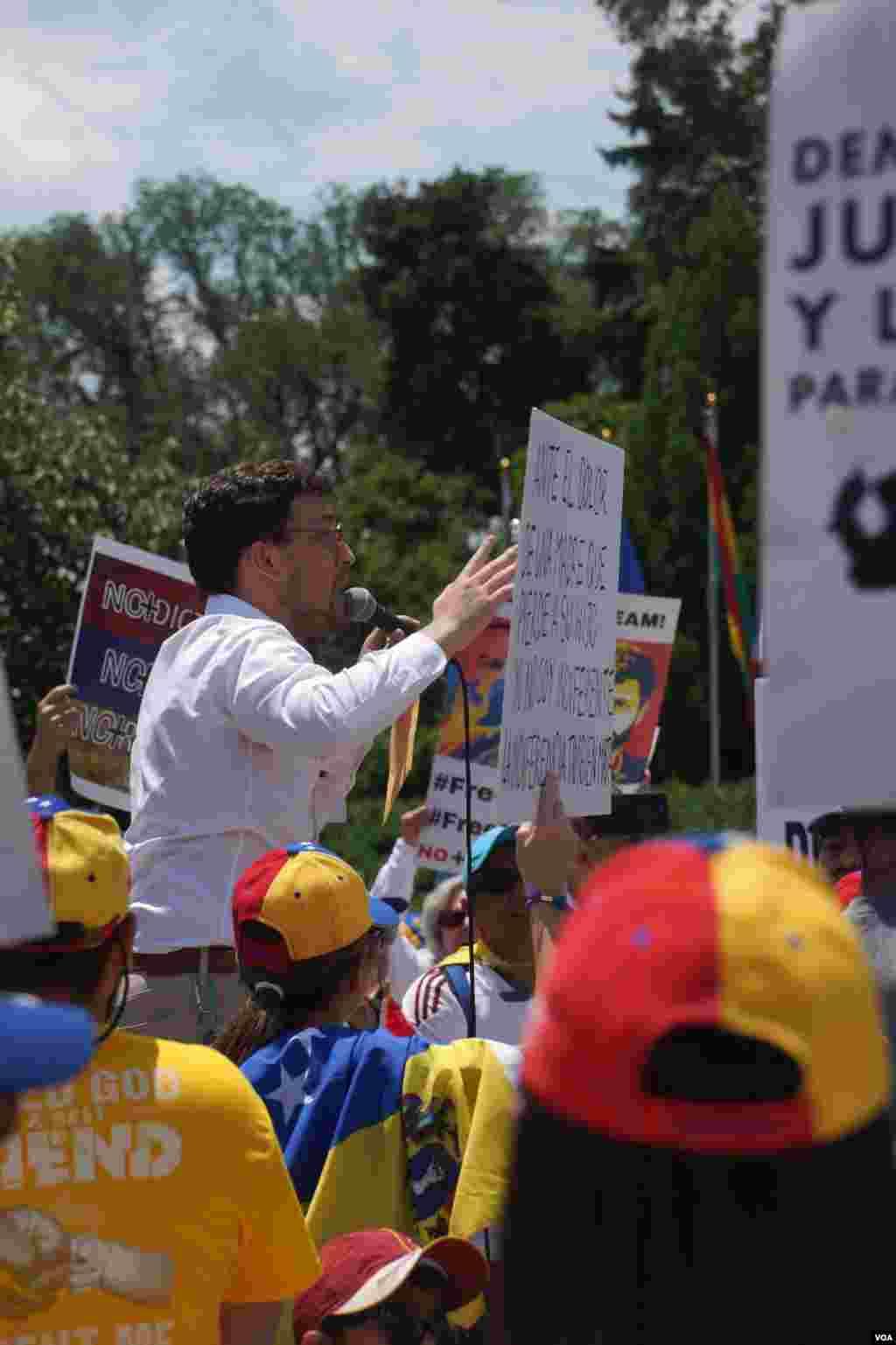 Manifestantes fuera de la sede de la OEA, en Washington, denuncian la represión del gobierno del presidente Nicolás Maduro. Foto: Enzo Favarato.