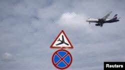 Pesawat Superjet 100 Shukoi milik Rusia saat hendak mendarat di bandara Sheremetyevo, Moskow (foto: dok). Pesawat ini dikabarkan hilang di Gunung Salak, Bogor, Rabu (9/5).