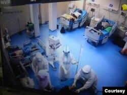 ေျမာက္ဥကၠလာအေထြေထြေရာဂါကုေဆး႐ုံႀကီး၊ အထူးၾကပ္မတ္ကုသေဆာင္တြင္ လူနာမ်ားကို ေစာင့္ေရွာက္ကုသေပးေနတဲ့ ျမင္ကြင္း။ (ဓာတ္ပုံ - MHSM - ႏိုဝင္ဘာ ၂၃၊ ၂၀၂၀)