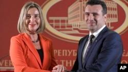 ທ່ານນາງເຟເດີຣິກາ ໂມເກຣີນີ (Federica Mogherini), ຊ້າຍ, ແລະນາຍົກລັດຖະມົນຕີຂອງມາເຊໂດເນຍ ທ່ານ ໂຊຣັນ ຊຽບວ໌ (Zoran Zaev) ຖ່າຍຮູບຮ່ວມກັນ, ຫຼັງຈາກກອງປະຊຸມ ໃນຕຶກລັດຖະບານໃນເມືອງ ສໂກຈີ, ມາເຊໂດເນຍ, 18 ເມສາ 2018.