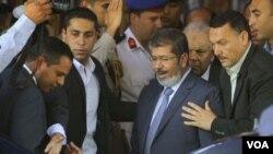埃及总统当选人穆尔西6月29日在安全人员的护卫下离开开罗一个清真寺