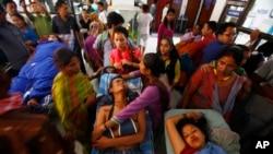 산사태로 부상을 입은 사람들이 수도 카트만두의 병원에서 치료를 받고 있다.