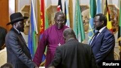 Riek Machar iburyo, perezida Salva Kiir ibubanfu bahagarikiwe n'umupatiri yariko arabasengera mu 2014.