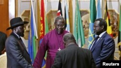 Uwurwanya reta ya Sudani y'epfo, Riek Machar (iburyo) na Perezida Salva Kiir (Ibubamfu) bariko basengerwa imbeye yo gusinya abmasezerano y'amahoro i Addis Abeba, Itariki 9/05/2014.
