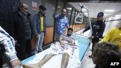 Một người đàn ông bị thương trong một vụ không kích mà các giới chức Libya cho là một cuộc không kích của lực lượng NATO tại Tripoli, ngày 10/5/2011