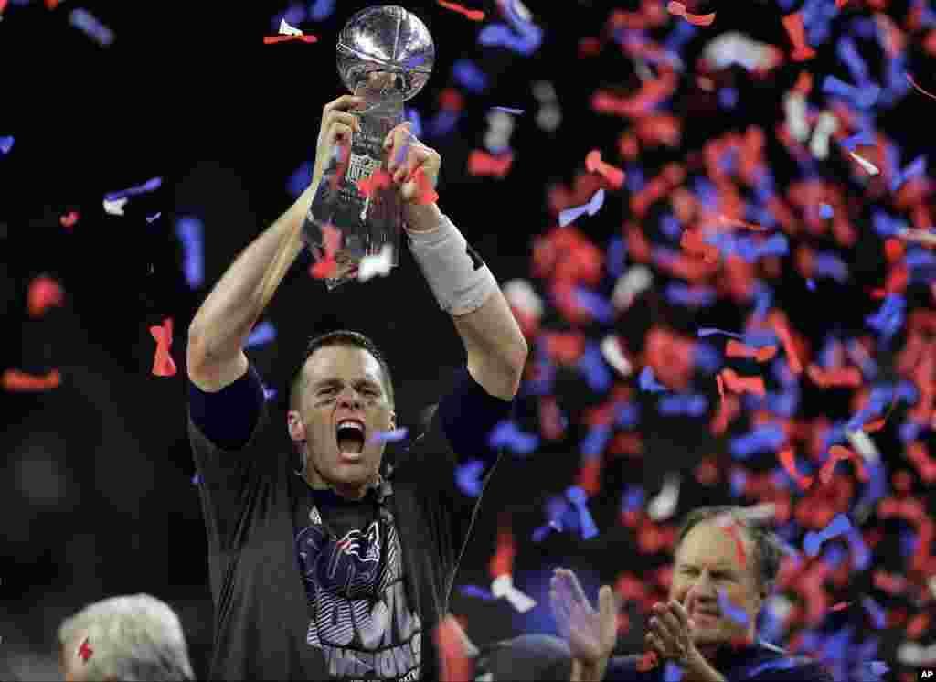 Tom Brady dari tim New England Patriots memegang piala NFL Super Bowl 51 yang berlangsung di Houston, Texas (5/2).