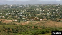 A general view of Moyale town in northeastern Kenya, some 800km (500 miles) from Nairobi, July 11, 2008. Moyale is a border town split between a larger Ethiopian area which lies in southern Ethiopia in Oromia Region and a smaller Kenyan area. The town is inhabited by the Borana Oromo and Garre Somali people. REUTERS/Antony Njuguna (KENYA) - RTX7UHB