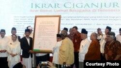 Presiden Joko Widodo menyaksikan pembacaan dan penandatangan Ikrar Damai Ummat Beragama Indonesia oleh 9 Pemuka Agama di Ciganjur, Jakarta, 23 Desember 2016. (Foto: Biro Pers Kepresidenan).