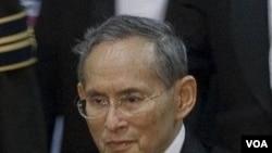 Raja Thailand Bhumibol Adulyadej (foto: dok) meninggalkan rumah sakit sejenak untuk perayaan ulang tahunnya yang ke-83.