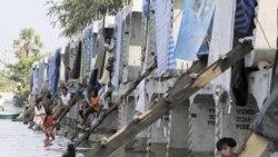 ۳۰ خانواده تايلندی برای نجات از سيل به بلوکهای بتونی پل سازی پناه برده اند