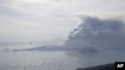 Gunung berapi Taal terus menumpahkan asap dan lahar, di Tagaytay, provinsi Cavite, selatan Manila, Filipina, 13 Januari 2020. (AP Photo/Aaron Favila)