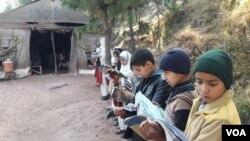 سکول کی عمارت نہ ہونے کے باعث بچے کھلے آسمان تلے تعلیم حاصل کر رہے ہیں