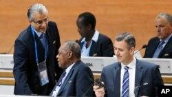 Le candidat à la présidence de la Fifa, Sheikh Salman bin Ibrahim al-Khalif, à gauche, parle avec le président de la CAF - camerounais - Issa Hayatou, à droite, à Genève, le 26 février 2016.