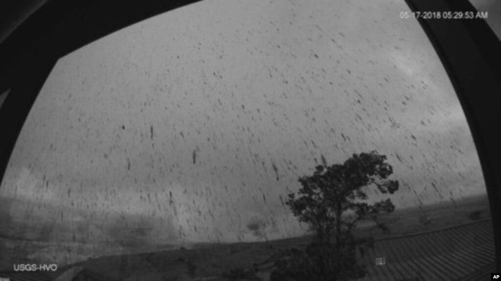 Los residentes que viven en una ciudad cercana reportaron cantidades ligeras de ceniza después de la erupción del volcán Kilauea de Hawaii.