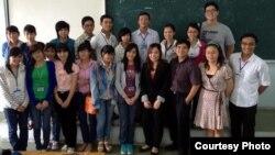 Bạn Lan Trần cùng các bạn sinh viên khoa Tâm lý trường Khoa Học Xã Hội và Nhân Văn Tp.HCM tại buổi giao lưu.