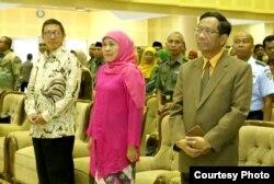Mantan Menteri Agama Lukman Hakim Saefuddin, Gubernur Jawa Timur Khofifah IP, dan Menkopolhukam Mahfud MD. (Foto: Humas UIN Suka)