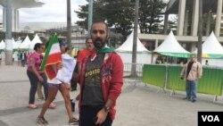 یکی از ایرانیانی که برای تماشای بازی ایران و کوبا به استادیوم ماراکانازینیو در ریو آمده بود
