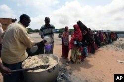 Des Somaliens déplacés font la queue dans une cantine populaire à Hodan, au sud de Mogadiscio ( 5 sept. 2011)