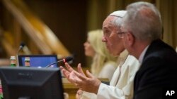 Papa Fransis Vatikanda Sinod Zalında iqlim dəyişikliyinə dair keçirilən konfransda çıxış edir. 21 iyul, 2015.