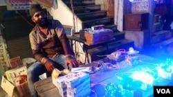印度北方邦首府勒克瑙市街头贩卖中国彩灯的小贩。(美国之音朱诺拍摄,2016年10月30日)