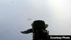 施密特是六名跳傘救援的守護天使成員之一(美國空軍提供)