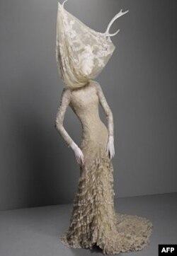 Jedna od haljina iz Mekvinove kolekcije za 2006-2007