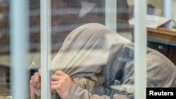 Salah seorang pelaku kejahatan terhadap kemanusiaan Suriah, diadili di Koblenz, Jerman, 23 April 2020. (Thomas Lohnes / Pool via REUTERS)