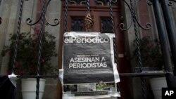 Portada del diario El Periódico de Guatemala colocada en la puerta principal de la Casa Presidencial durante una protesta para exigir la investigación de la muerte de dos periodistas.