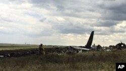 Restos del avión militar derribado por separatistas prorrusos cerca del aeropuerto de Lugansk.