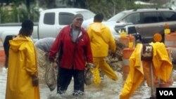 Para pekerja membagikan karung-karung pasir setelah badai Lee menghantam kota Jean Lafitte, di pinggiran New Orleans (3/9).