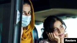 Refugiados afganos llegan al Aeropuerto Internacional Dulles, en Virginia, EE. UU. el 25 de agosto de 2021.