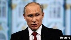 블라디미르 푸틴 러시아 대통령이 23일 상트 페테르부르크에서 열린 국제경제포럼에서 연설하고 있다.