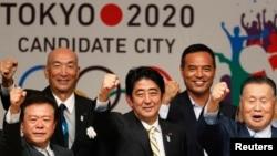 日本首相安倍晉三(中)上週在國際奧委會會議上表示,福島核電站的洩漏處於控制之下。