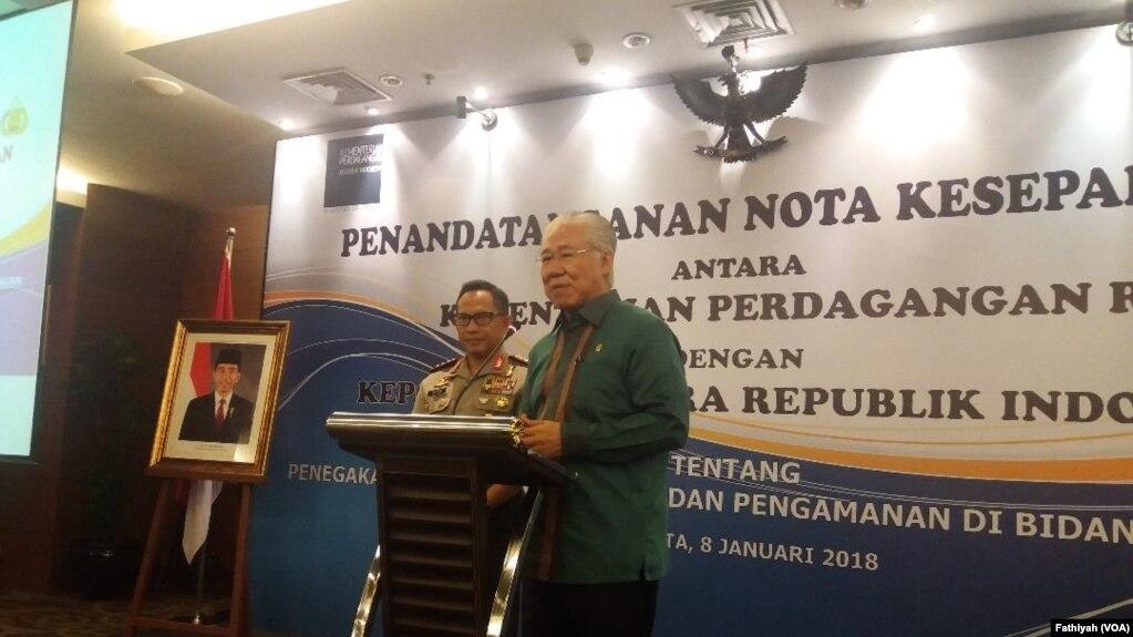 Kepolisian Republik Indonesia (Polri) dan Kementerian Perdagangan pada Senin (8/1) menandatangani kerja sama mengenai penegakan hukum, pengawasan, dan pengamanan di bidang perdagangan. (Foto: VOA/Fathiyah)