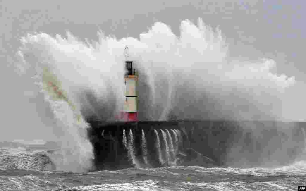 Sóng biển đập vào ngọn hải đăng Newhaven trên bờ biển phía nam nước Anh. Hơn 8000 ngôi nhà bị mất điện ở miền tây nam nước Anh sau khi những cơn bão mới hoành hành khu vực này, khiến sóng lớn ập vào bờ biển làm hư hại đê chắn.
